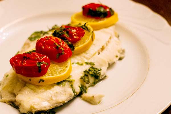 Idee fürs Valentinstags-Dinner: Bachsaibling auf Tomatencarpaccio